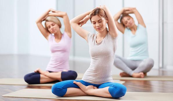 выполнение упражнений йоги