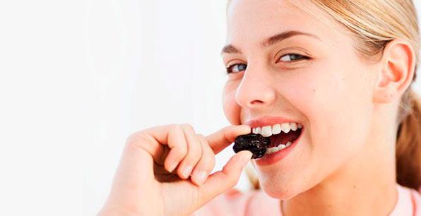 женщина ест чернослив